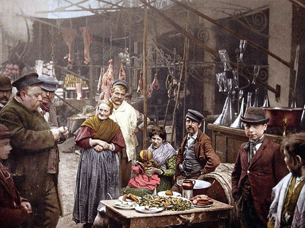 इटलीच्या नेपल्समध्ये रस्त्यावरील खाद्यपदार्थांचा आस्वाद घेताना लोक. - Divya Marathi