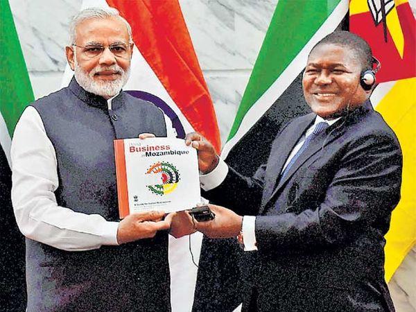 पत्रकार परिषदेत पंतप्रधान मोदी आणि मोझांबिकचे अध्यक्ष फिलिप न्यूसी. - Divya Marathi