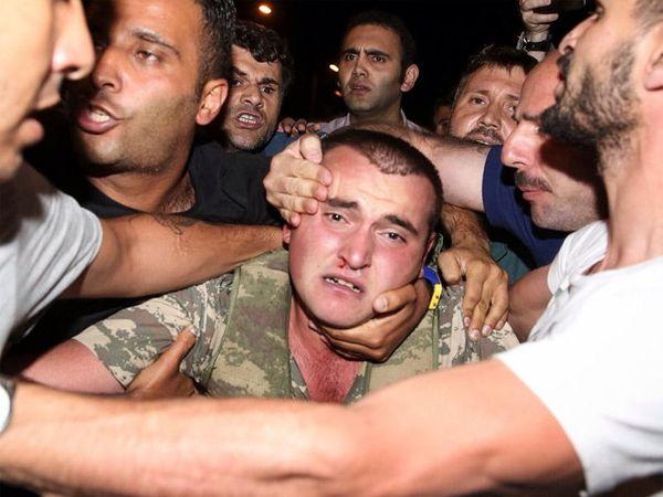 तुर्कस्तानातील लष्करी बंड जनतेने उधळून लावला आहे. अनेक इमारतींमध्ये घुसून बसलेल्या जवानांना लोकांनी ओढत बाहेर काढले. - Divya Marathi