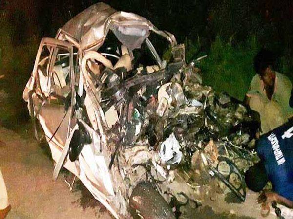 अपघातात कारचा झालेला चुराडा. - Divya Marathi