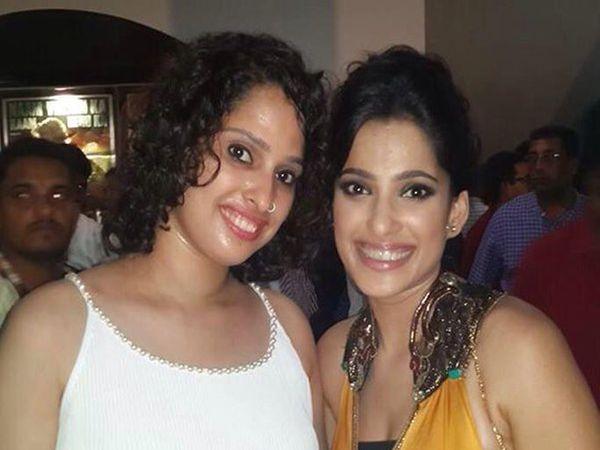 मोठी बहीण श्वेतासोबत प्रिया बापट - Divya Marathi