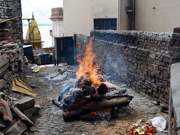 मणिकर्णिका घाटावरील महास्मशान आणि हरिश्चंद्र घाट पाण्याखाली गेला आहे. वाराणशीच्या गल्ल्यांमध्ये मृतांवर अंत्यसंस्कार केले जात आहे. - Divya Marathi