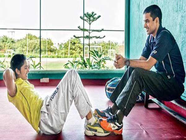 हैदराबादमध्ये गोपीचंदच्या बॅडमिंटन अॅकेडमीत पी व्ही सिंधू आणि श्रीकांत यासारखे खेळाडू खूप काळापासून ट्रेनिंग घेत आहेत. गोपीचंद सर्वात जास्त लक्ष शटलर्सच्या फिटनेसवर देतात. - Divya Marathi