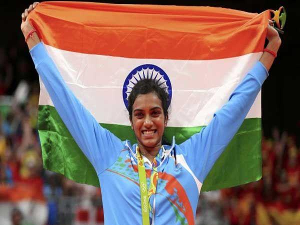 रिओ ऑलिंपिकमध्ये बॅडमिंटनमध्ये रौप्यपदक विजेती पी. व्ही. सिंधू भारताचा ध्वज उंचवताना.... - Divya Marathi