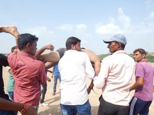 नदीतून मृतदेह काढताना अग्निशमन दलाचे कर्मचारी आणि नागरिक. - Divya Marathi