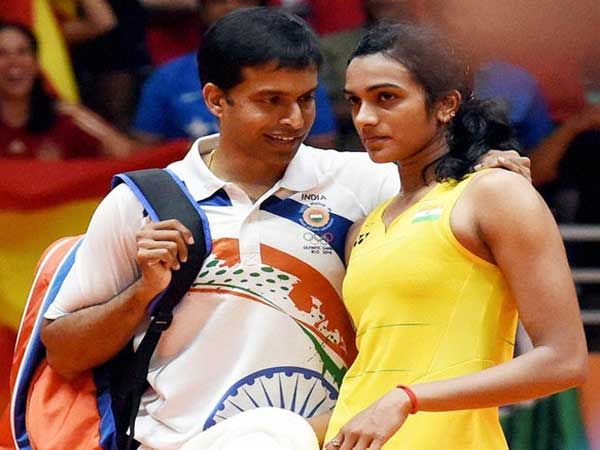 बॅडमिंटनची फायनल झाल्यानंतर पी व्ही सिंधू आणि तिचे कोच पी. गोपीचंद... - Divya Marathi