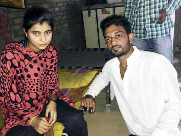 रक्षाबंधनाला हिनाकडून राखी बांधून घेताना तरुण. - Divya Marathi