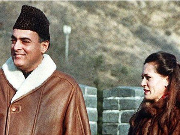 पत्नी सोनिया गांधीबरोबर माजी पंतप्रधान राजीव गांधी. - Divya Marathi