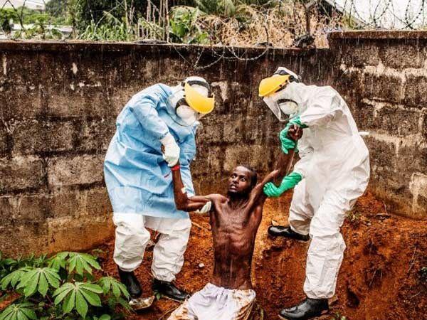 इबोलाच्या रुग्णाला उपचारासाठी नेताना. - Divya Marathi