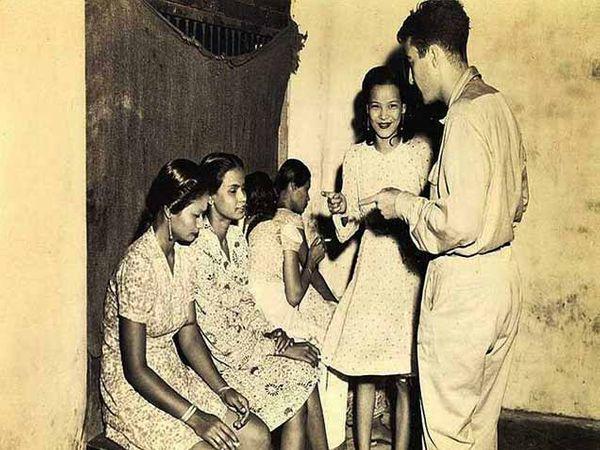 हा फोटो  सन 1945 मधला आहे. त्या काळात वेश्यांचे आयुष्य कसे होते, हे यातून अधोरेखित होते. - Divya Marathi