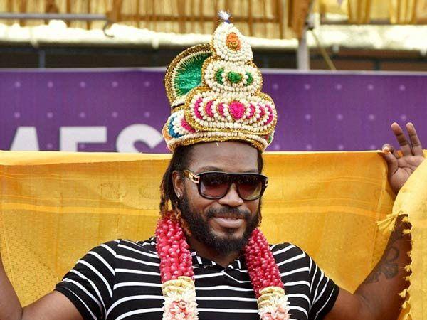 ख्रिस गेल शाही व देशी अंदाजात दिसून आला. - Divya Marathi