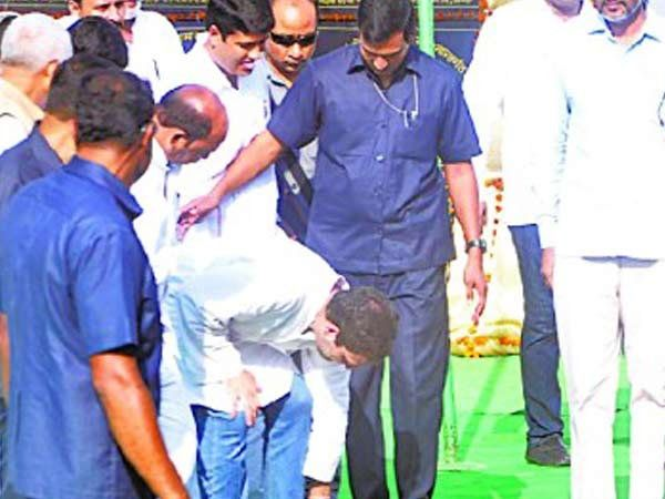 2 सप्टेंबर 2016 रोजी राहुल अमेठीमध्ये होते. यावेळी त्यांच्या बुटाची लेस सुटली होती. लेस बांधण्यासाठी त्यांचे सुरक्षा रक्षक तत्परतेने पुढे झाले मात्र राहुल यांनी त्यांना नकार देत स्वतः लेस बांधली. - Divya Marathi