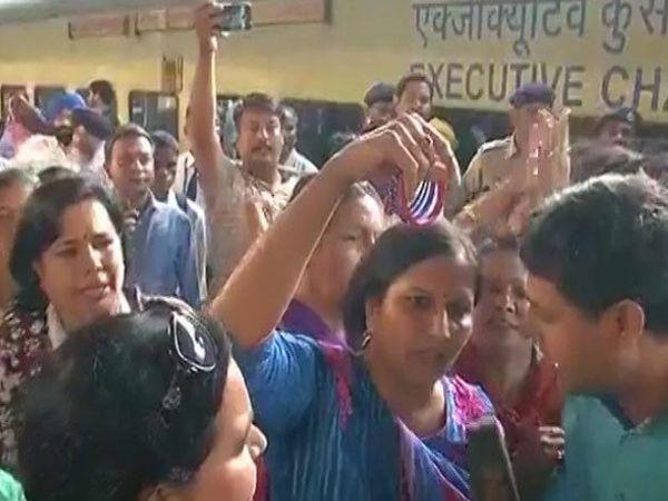 भाजप महिला कार्यकर्त्यांनी केजरीवालांना बांगड्या दाखवल्या. - Divya Marathi
