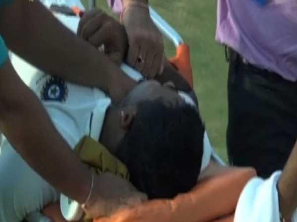 डोक्याला मागील बाजूस जोरात चेंडू लागताच प्रग्यान ओझा मैदानात असा पडला. - Divya Marathi