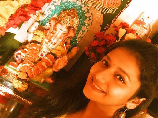आपल्या बाप्पासोबत जुई गडकरी - Divya Marathi