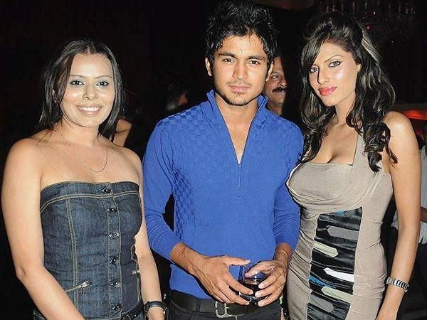 IPL पार्टीदरम्यान मॉडेल्ससमवेत मनिष पांडे... - Divya Marathi