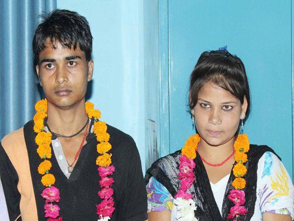 जितेंद्र आणि कंचन यांनी एकमेकांना हार घालून लग्न केले. - Divya Marathi