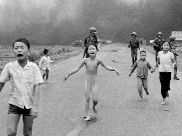 फेसबुकने नग्नतेच्या नावावर व्हिएतनामचे एक ऐतिहासिक छायाचित्र हटवले आहे. - Divya Marathi