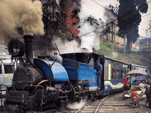 आजही बंगालमध्ये धावते छोटी रेल्वे. - Divya Marathi