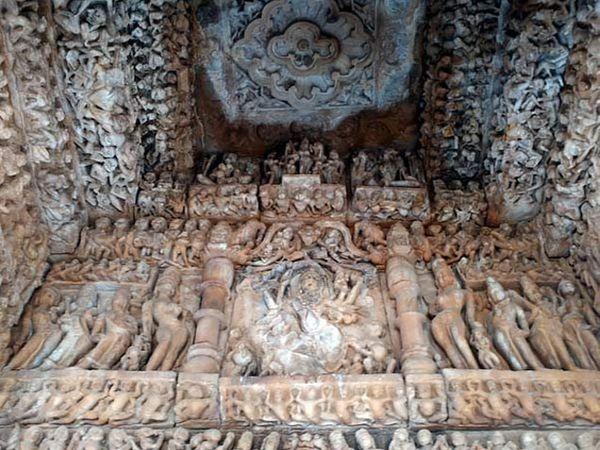 चंबळच्या ध्वस्त मंदिरात आहेत या इरॉटिक मूर्ती - Divya Marathi