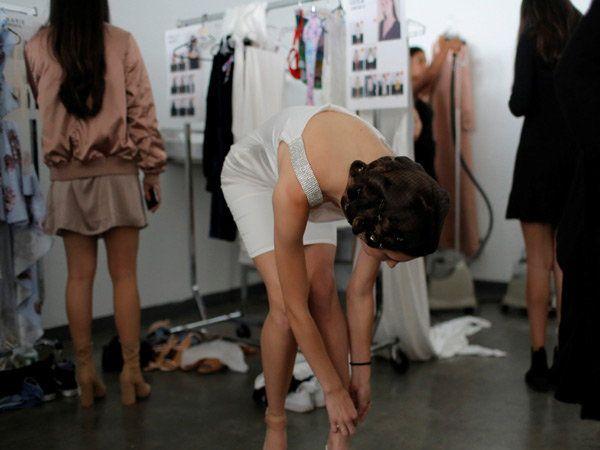 (न्यूयॉर्क फॅशन वीकमधील बॅक स्टेज फोटो) - Divya Marathi