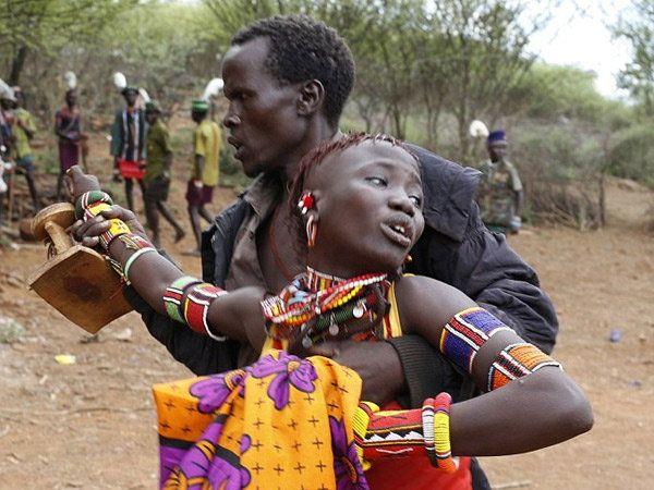 टांझानियातीील कुर्या आदिवासी रिवाजानुसार जवान मुली म्हाता-या महिलांशी विवाह करतात. - Divya Marathi