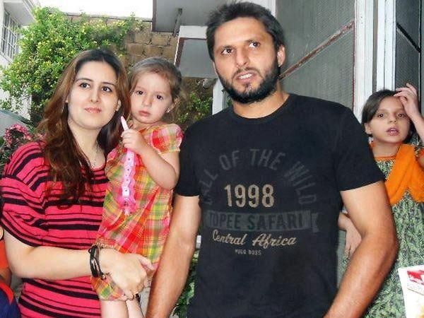 पाकिस्तानचा क्रिकेटर शाहिद आफ्रिदी आपली पत्नी नादिया व मुलीसमवेत... - Divya Marathi