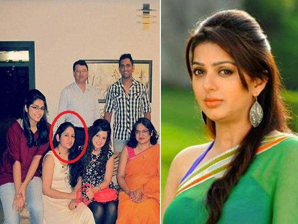एमएस धोनीची बहिन जयंती (लाल घे-यात). उजवीकडे- फिल्ममध्ये तिची भूमिका निभावणारी अॅक्ट्रेस भूमिका चावला... - Divya Marathi