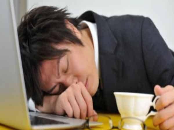 तुम्ही समजा जपानमध्ये काम करत आहात आणि तुम्हाला ऑपिसमध्ये झोप लागली तर तुमचा बॉस तुम्हाला झापणार नाही तर कौतूक करेल. आहे की नाही विचित्र... - Divya Marathi
