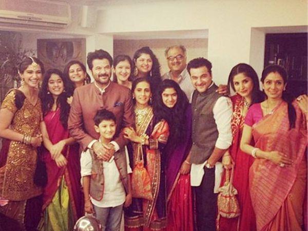 अनिल कपूर आपल्या कुटुंबियांसोबत - Divya Marathi