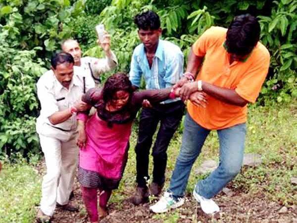 पीडित तरुणीला पोलिस आणि स्थानिकांनी दरीतून बाहेर काढले. - Divya Marathi