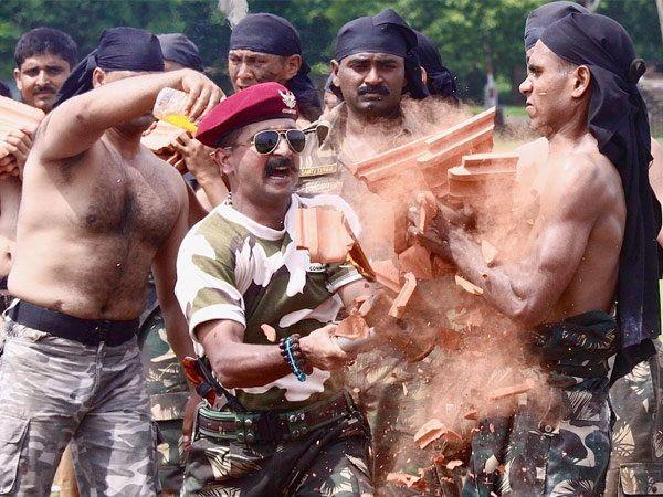 भारतीय कमांडोजना असे दिले जाते टफ ट्रेनिंग - Divya Marathi
