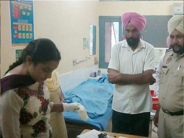 रुपिंदर कौरचा मृतदेह रुग्णालयात आणण्यात आला. वैद्यकीय तपासणी करताना अधिकारी. - Divya Marathi