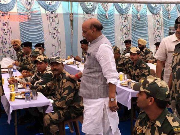 राजनाथ सिंह यांनी मुनाबाव पोस्टवर बीएसएफच्या जवानांची भेट घेतली. राजनाथ सिंह पोहोचले त्यावेळी जवान लंच करत होते. सिंह यांनी बराचवेळ सीमेवर तैनात असलेल्या या जवानांबरोबर घालवला. - Divya Marathi