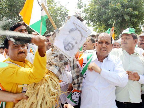 औरंगाबादेत राष्ट्रपादी काँग्रेसच्या कार्यकर्त्यांनी केलेले आंदोलन. - Divya Marathi