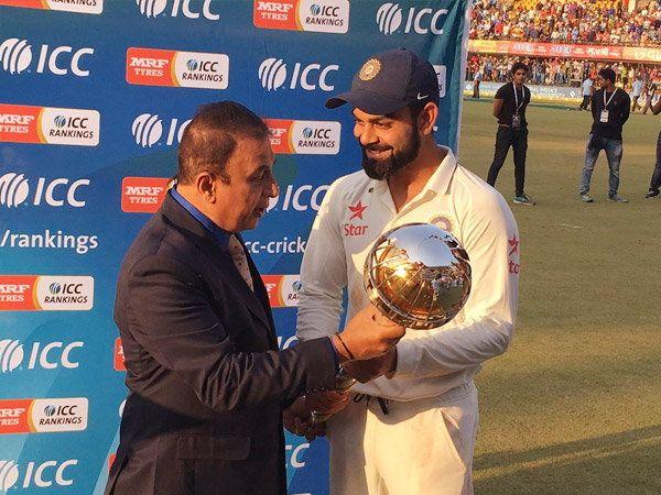 सामना संपल्यानंतर आयसीसीकडून सुनील गावसकर यांनी टीम इंडियाला कसोटीत नंबर वन बनल्यामुळे कर्णधार विराट कोहलीला कसोटीची गदा सोपवली. - Divya Marathi