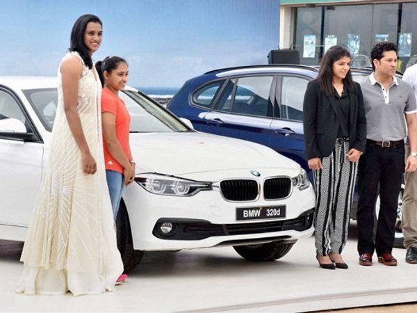 सचिनने दीपासह सिंधू, साक्षी आणि कोच गोपीचंद यांना BMW गाडी भेट दिली होती. - Divya Marathi