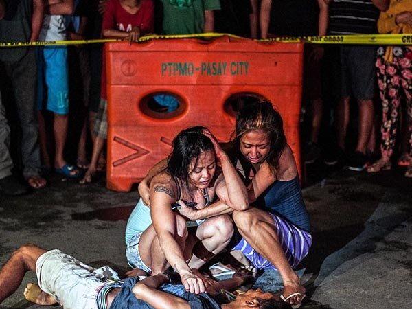 फिलीपाईन्सचे राष्ट्राध्यक्ष रोड्रिगो यांनी ड्रग्ज या अवैध धंद्यात असलेल्या सुमारे एक लाख लोकांना मारून टाकण्याचे आदेश दिले आहेत. - Divya Marathi