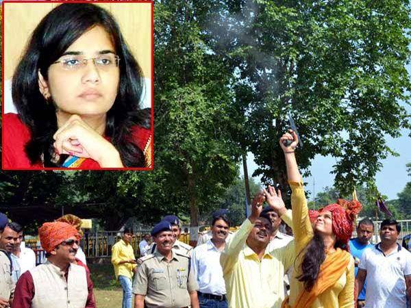 पोलिसांच्या शस्त्रागाराजवळ बंदुकीतून गोळीबार करताना स्वाती मिणा. - Divya Marathi