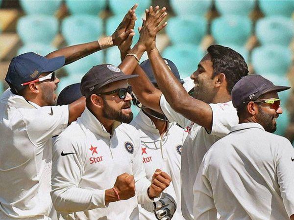 या कसोटीत 248 धावा करणा-या विराट कोहलीला मॅन ऑफ द मॅच पुरस्कार देण्यात आला. कसोटी जिंकताच विराटने असे सेलिब्रेशन केले. - Divya Marathi