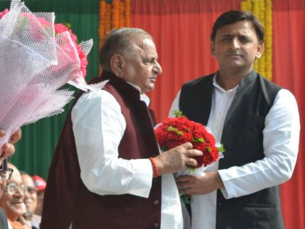 समाजवादी पक्षाचे प्रमुख मुलायमसिंह यादव यांचे स्वागत करताना मुख्यमंत्री अखिलेश यादव. - Divya Marathi