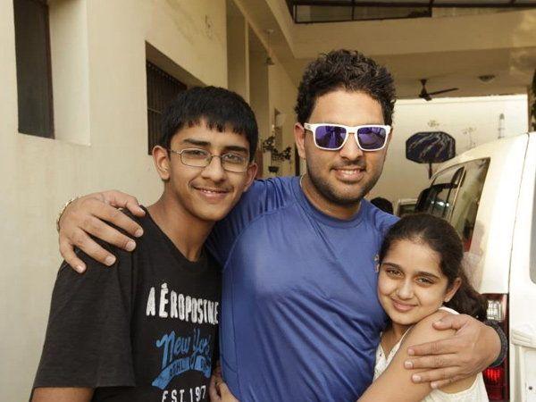भाऊ विक्टर आणि बहिण अमरजीत कौरसमवेत युवराज सिंग - Divya Marathi