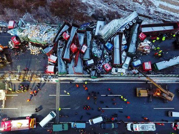 चीननमधील हायवेवर एकमेंकावर आदळलेल्या कार, ट्रॅक आणि इतर वाहने... - Divya Marathi