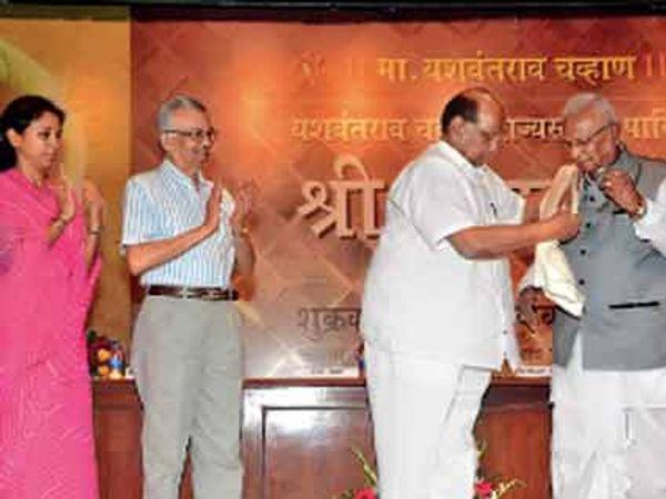 ज्येष्ठ उद्योगपती प्रतापशेठदादा साळुंखे यांना पुरस्कार प्रदान करताना शरद पवार, सुप्रिया सुळे आणि काकोडकर. - Divya Marathi