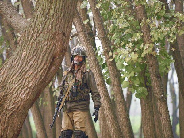 शुक्रवारी सकाळी दहशतवादी लपून बसल्याची माहिती मिळाली. - Divya Marathi