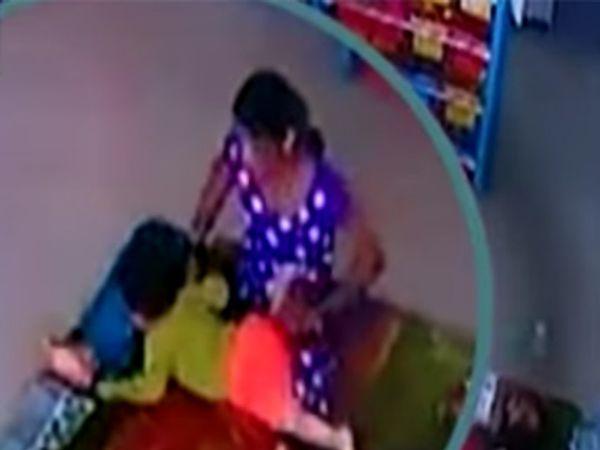 दुपारच्या वेळी चिमुकली झोपत नाही म्हणून आयाने तिला बेदम मारहाण केली. हे सीसीटीव्ही कॅमेऱ्यात कैद झाले. - Divya Marathi