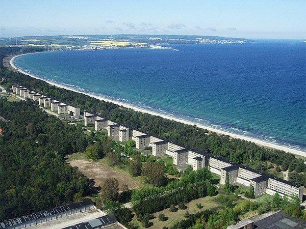 जर्मनीतील बाल्टिक समुद्राच्या किना-यावरील रुगेन आयलँडवरील हॉटेल दा प्रोरा. ज्यांची लांबी 4.5 किलोमीटर आहे. - Divya Marathi