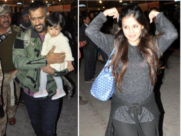 एयरपोर्टमधून आपली मुलगी आणि पत्नीसमवेत बाहेर पडताना एमएस धोनी - Divya Marathi
