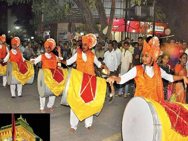 रविवारी सायंकाळी निघालेल्या शिवजन्मोत्सव मिरवणुकीत जगदंब जिजाऊ प्रतिष्ठान मंडळाच्या ढोलपथकाने सर्वांचे लक्ष वेधून घेतले. या मंडळातील सर्व पदधिकारी या महिलाच आहेत. - Divya Marathi