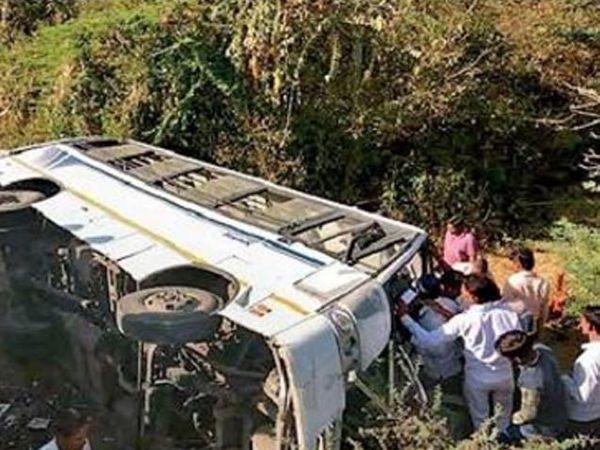 चाळीसगाव तालुक्यातील देवळी नाल्यावर कलंडलेल्या वाहनाजवळ मदत कार्यासाठी धावून अालेले नागरिक. - Divya Marathi